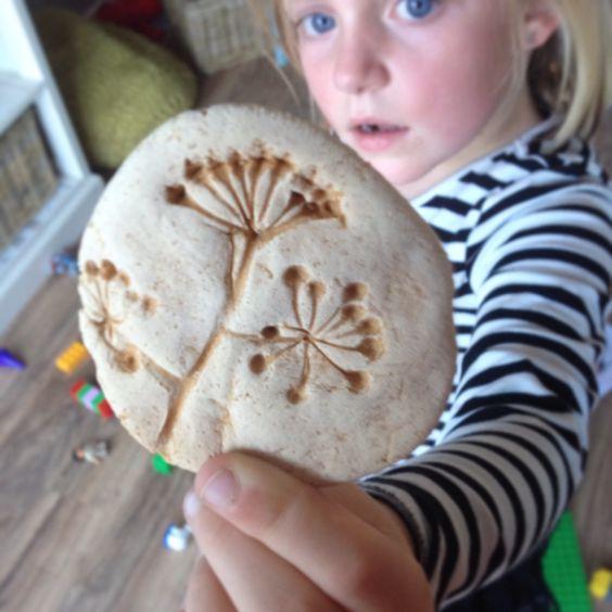 Fossielen maken van brooddeeg