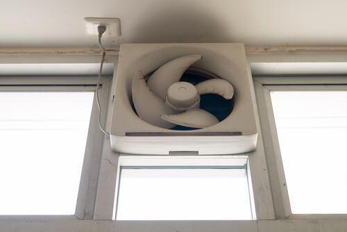 換気扇の外し方を解説 外すときの注意点や掃除方法も説明する 暮らしの知識 オリーブオイルをひとまわし 換気扇 掃除 家事