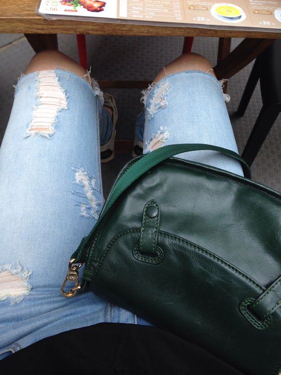Destroyed jeans, green purse, and outdoor lunch make for a great start to fall 2014
