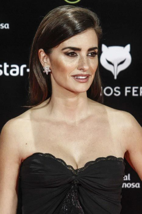 Penelope Cruz looked gorgeous as she flaunted her toned legs in a strapless black dress with sheer train, while walking the red carpet at the 2016 Feroz Cinema Awards held at the Gran Teatro Principe Pio in Madrid, Spain. The glitzy award ceremony was held on January 19, 2016....
