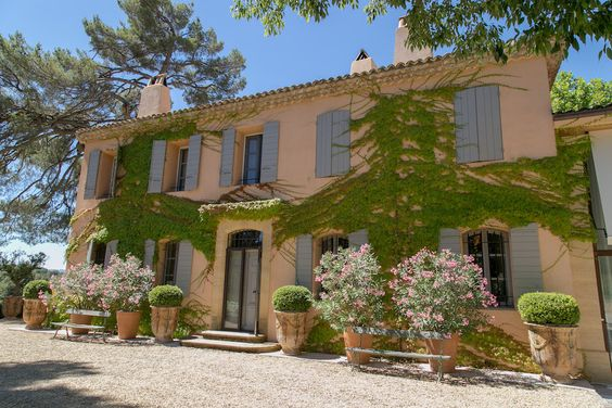 Chatting with Shirin von Wulffen, wife and partner of Frédéric Fekkai of the brand Bastide. How do they like to live in their beautiful Provence home...