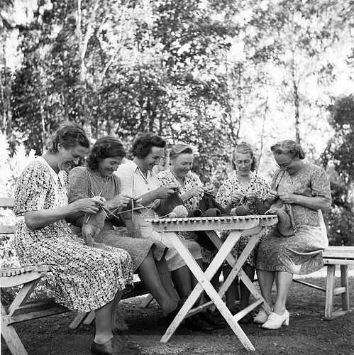 Женщины вяжут на природе | Women - housewives- on holiday in Bergsbrunna, Uppsala, Sweden 1946.