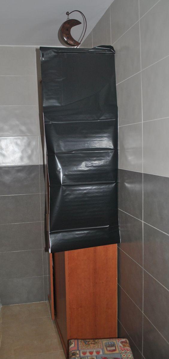 Primero se limpia la superficie de polvo y otros restos. Luego, se pega el forro poco a poco con ayuda de la espátula. Truco, para que sea más manejable mojar la superficie con jabón y agua.