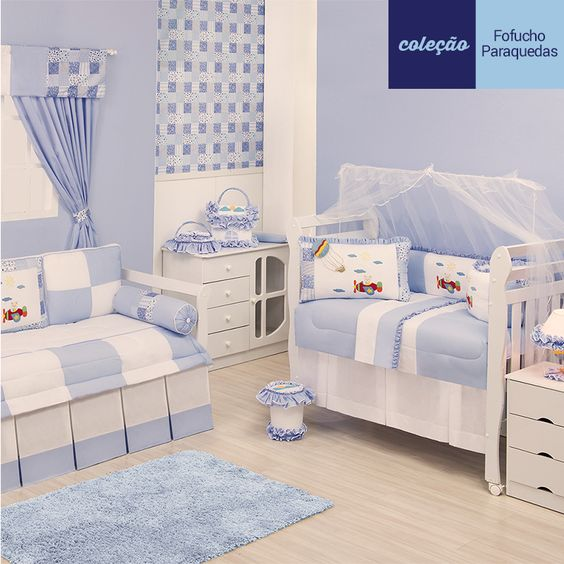 Quarto para bebê Paraquedas tem todo o charme do azul claro e bordados lindos de balãozinho e ursinho no avião. Difícil é escolher o preferido: http://www.graodegente.com.br/quarto-completo/quarto-para-bebe-paraquedas-azul/?utm_source=pinterest&utm_medium=board&utm_campaign=paraquedas-04-12