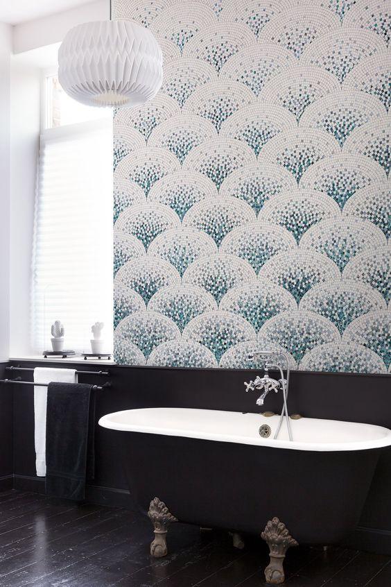 Un papier peint effet mosaïque dans la salle de bains
