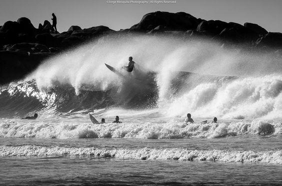 Surfando nas águas do Norte de Portugal.