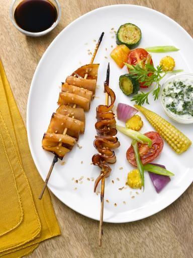 Brochettes de blanc de poulet laqué, petits légumes croquants et sauce yaourt aux herbes