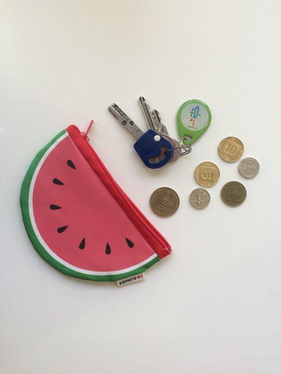 Amusant et Unique pastèque portefeuille / porte-monnaie de fermeture à glissière avec plaisir motif d'un melon d'eau sur les deux côtés, la conception spéciale pour l'été.  Imprimé sur un tissu de qualité et est livré avec une fermeture éclair rouge. La taille de la pochette est environ 4 X 6 pouces (10 X 15 cm). Vous pouvez le mettre à l'intérieur : vos clés, cartes de crédit, cartes de visite, factures d'argent et pièces de monnaie.  Fait à Tel-Aviv par un jeune designer israélien…