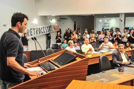 Grupo ligado à área da cultura protesta contra reforma de Udo na Câmara de Vereadores de Joinville +http://brml.co/1EaSTdV