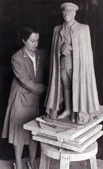 isei bitirmeden,1920'de Sanayi-i Nefise Mekteb-i'nin (bügünkü Mimar Sinan Güzel Sanatlar Fakültesi) resim bölümüne girdi. 1 yıl sonra bölüm değiştirerek,heykel bölümünde 3 erkek öğrencinin yanında ilk kız öğrenci olarak katıldı.Öğrenciler arası sınavda 1. olarak Prix de Rome'u kazandı ve yurtdışına gitme hakkı kazandı.Roma Güzel Sanatlar Akademisi'nde Prof. Luppi atölyesinde öğrenim gördü.Daha sonra taksim Meydanı'ndaki Cumhuriyet Anıtı'nı yapan ünlü italyan heykeltraşı Pietro Canonica'nın…