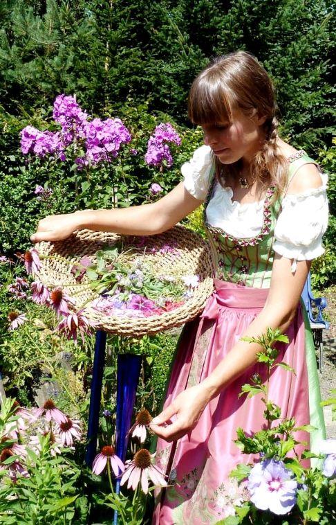 Die Hangenden Garten Der Sulamith Laden Zum Verweilen Und Geniessen Ein Ein Grosser Herzhaft Gepflegter Garten Blumenmadchen Kleid Kleid Hochzeit Madchenkleid