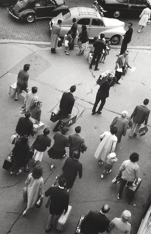 Robert Doisneau  //  Devant la Gare Montparnasse, Paris, juillet 1959.   (  http://www.gettyimages.co.uk/detail/news-photo/some-passengers-getting-out-of-the-montparnasse-station-in-news-photo/121507170