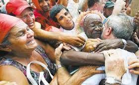 Se um dia o FHC se deixar fotografar, talvez eu reconsidere a certeza de que ele tem nojo de gente simples.           #Lula2018Volts  Lula é a alegria do povo e o terror das elites.