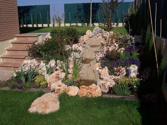 Steingarten anlegen hanglage-pflanzen-lila-bluehender-bodendecker - ideen gestaltung steingarten hang