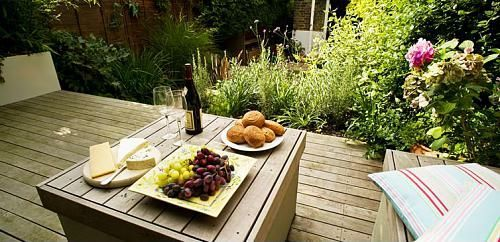kleine-urbane-Garten-Designs-holz-bodenbelag-tisch-teller-mahlzeit