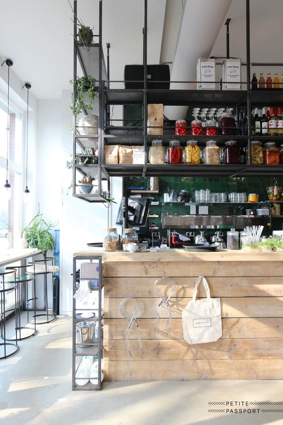 Do you like healthy food spots and planning a trip to Rotterdam? Then don't miss Bertmans. It's the place to go for a energetic juice or a delicious lunch. I went there again two weeks ago when I met Bart and Magali of Coffeeklatch (check...