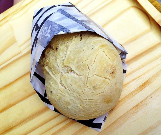 Pão Sem Queijo, apesar de muitos acharem estranho, é uma opção vegana do Pão de Queijo, feito com mandioquinha e um tipo de polvilho, macio, fofinho e DELICIOSO!