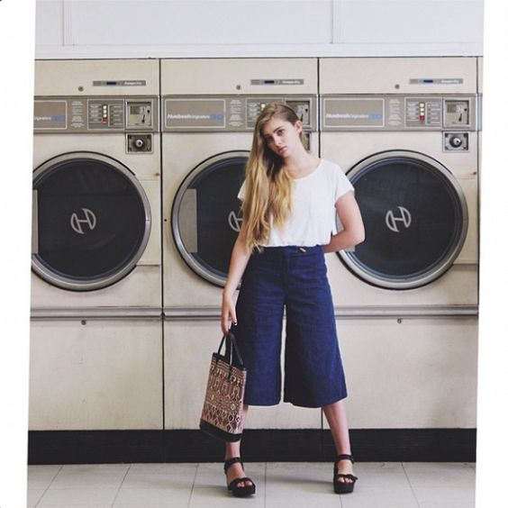 How adorable is Willow Shields in these navy culottes and printed tote.