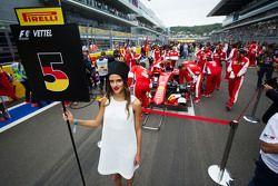 Grid girl de Sebastian Vettel, Ferrari SF15-T
