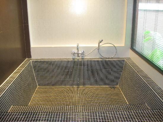 Tiled roman bath tub dream home pinterest bath tubs for Roman bathroom designs