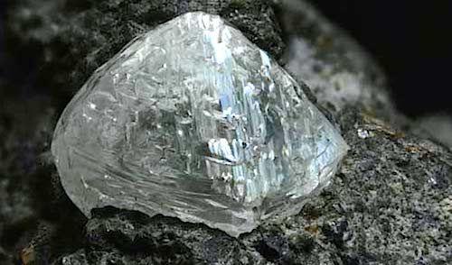 I diamanti si formano a centinaia di chilometri dalla superficie terrestre grazie ad un processo naturale che richiede milioni di anni. Estrarre diamanti comporta un viaggio verso il centro della Terra?