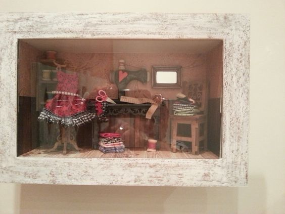 Quadro em miniatura tema de costura, e trabalhado em pátina provençal em branca na parte frontal com vidro.