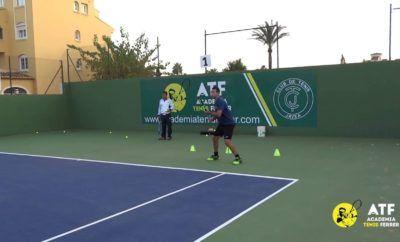 Golpear delante de los conos, cambiando dirección [lado izquierdo de la pista] – Rob Cherry Tennis | Free Tennis Coaching Videos & Articles | Tennis Instruction
