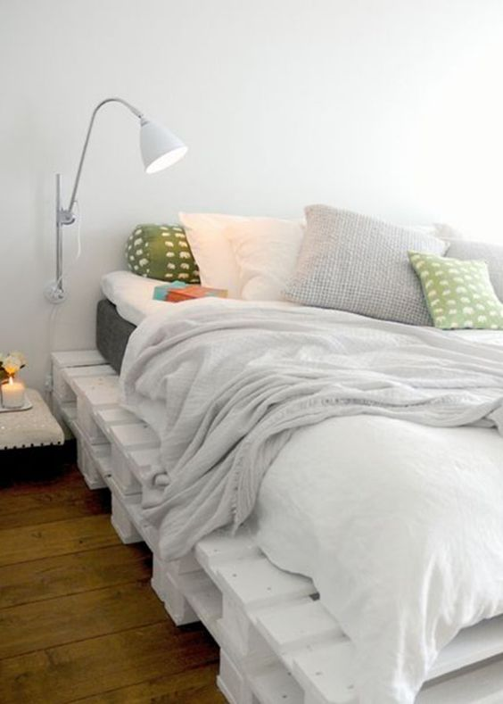 Une plate forme en palettes peintes donne à la chambre un petit air scandinave et décontracté