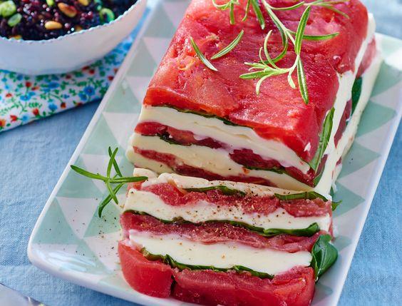 Avec les lectrices reporter de Femme Actuelle, découvrez les recettes de cuisine des internautes : Pressé de tomates, mozzarella & salade de riz noir aux pignons