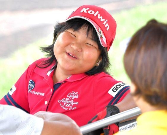 笑顔で話す 須藤弥勒 Miroku Suto さん(カメラ・今西 淳) ▼6Sep2019スポーツ報知|8歳天才ゴルフ少女の須藤弥勒さん、目標は「渋野さん」「海外メジャー優勝」 女子プロゴルフのゴルフ5レディスは6日から3日間、茨城・ゴルフ5カントリーサニーフィールドで行われる。昨年7月の世界ジュニア(6歳以下)で2連覇した須藤弥勒(すとう・みろく)さん(8)が5日、プロアマ戦に出場し好プレーを連発。将来は、AIG全英女子オープンを制した渋野日向子(20)=RSK山陽放送=のように海外メジャー優勝という目標を明かした。◆須藤 弥勒(すとう・みろく)2011年、群馬・太田市生まれ。8歳。東大出身の父・憲一さんの指導で2歳からゴルフを始める。17、18年にIMGA世界ジュニアゴルフ(6歳以下の部)で連覇。今年7月の大会(7~8歳の部)は17位で3連覇を逃した。ドライバーの平均飛距離は180ヤード。家族は父、元フィギュアスケート選手の母・みゆきさん、兄、弟。