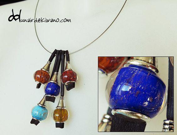 Pendentif (Artisanat) par Un aiR de Kiwano Pendentif en perle de verre de Murano, monté sur tour de cou en câble acier. Peut aussi se monter sur cordon en chambre à air de taille réglable (38 à 45cm).