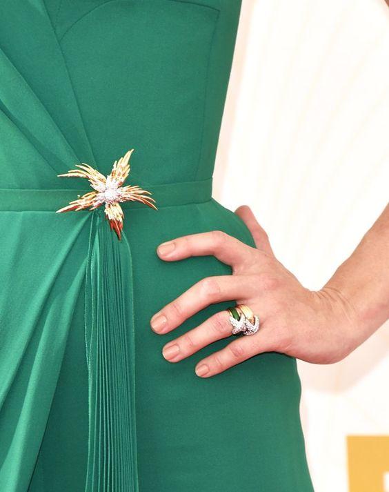 Pin for Later: Die Stars wissen: Kein Look ist perfekt ohne die richtige Maniküre January Jones January überlies die Farbe ihrem Kleid und wählte ein dezentes Nageldesign bei den Emmy Awards.