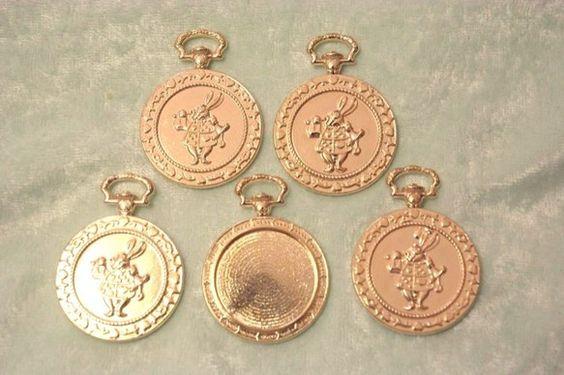 5個入り ゴールドの丸枠アリスうさぎの懐中時計パーツ レジン枠 です。きれいにコーティングされています。内径約22mm程度です。同梱可能です。この機会に是非ま...|ハンドメイド、手作り、手仕事品の通販・販売・購入ならCreema。