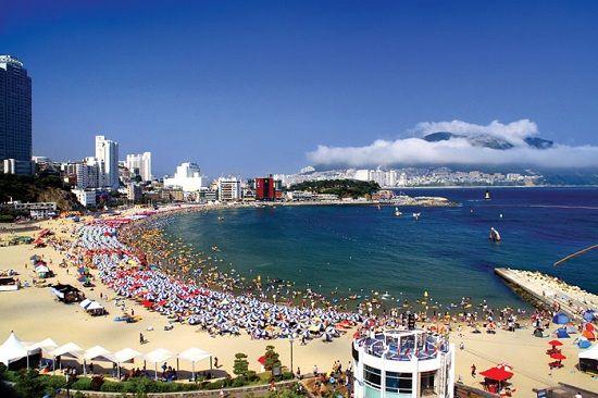Bờ biển xanh và nước trong xanh khi hè đến