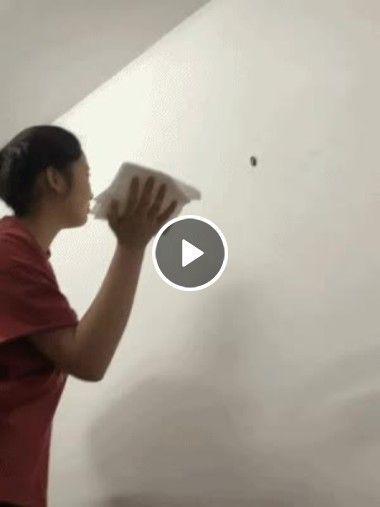 mulher tenta matar barata