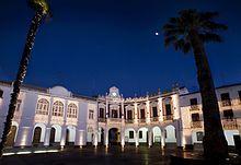 Plaza de la Constitucion (Manzanares) con el Ayuntamiento al fondo.