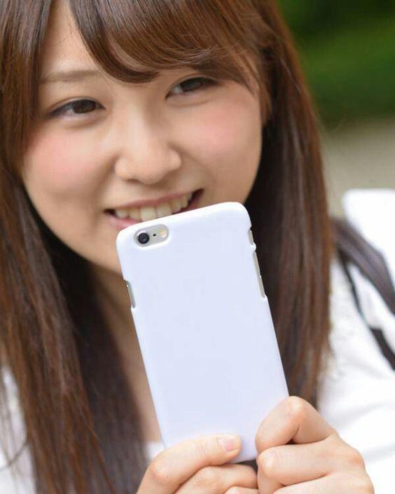 携帯を持つ垣内麻里亜