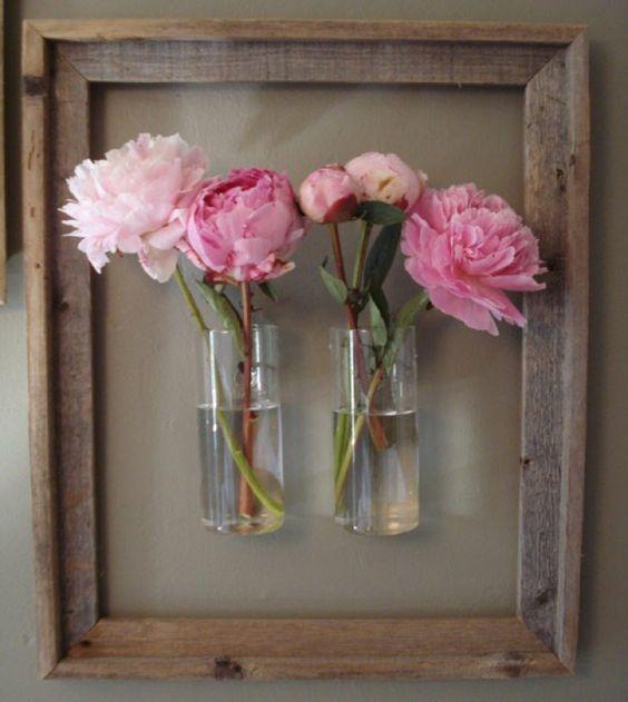 Tolle Dekoidee mit einem alten Bilderrahmen und Pfingstrosen in einer Vase