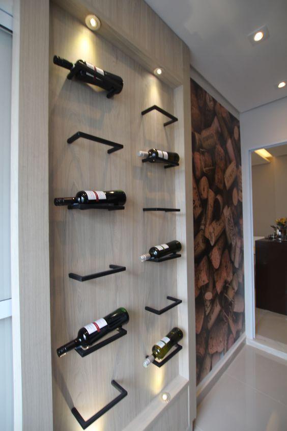 Você gosta de vinhos e tem pouco espaço para armazená-los? Que tal este painel projetado pela arquiteta Pricila Dalzochio com suportes metálicos feitos em serralheiro? Projeto e fotografia da arquiteta Pricila Dalzochio.