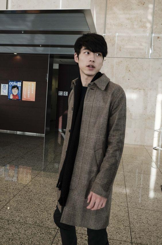 レトロなロングコートがかっこいい坂口健太郎のファッション