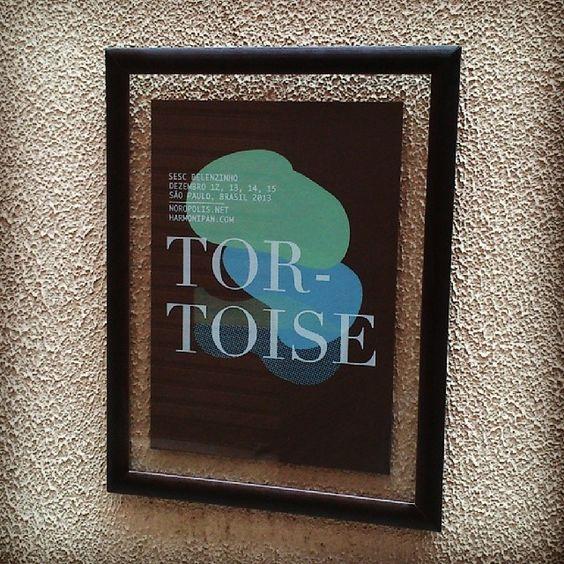 Pôster em serigrafia da banda instrumental Tortoise (@trts) com dois vidros (sanduíche) e moldura tabaco 123-539R para cliente. #cidomolduras #molduras #moldura #quadro #frame #framed #board #deco #decoracao #design #designdeinteriores #interiordesign #arte #art #poster #print #tortoise #trts #sescbelenzinho