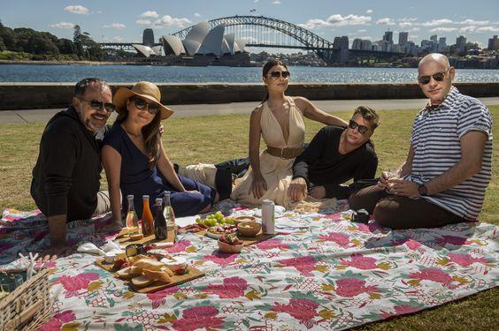 Elenco de Totalmente Demais grava piquenique no Mrs. Macquarie's Chair, Sydney, Austrália  - Crédito: Globo/Renato Rocha Miranda http://gshow.globo.com/