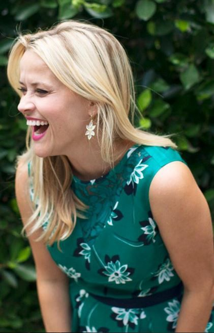 Reese Witherspoon's green dress and gold jewelry