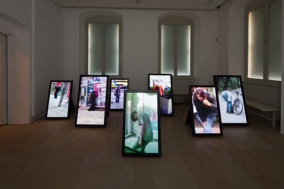 Ulf Aminde, urban tai chi, 2010-2012 7-Kanal-Videoinstallation, Farbe, Sound, 00:36-03:00 min., 3 Editionen, 2 AP, Courtesy Galerie Tanja Wagner, Berlin, Installationsansicht Kunstpalais, Foto: Erich Malter