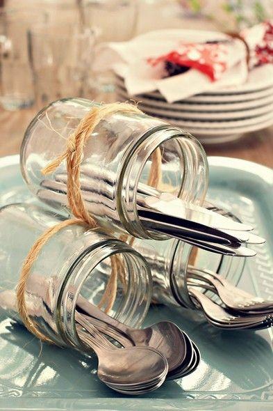 Vidros amarrados com ráfia acomodam talheres num serviço à americana:
