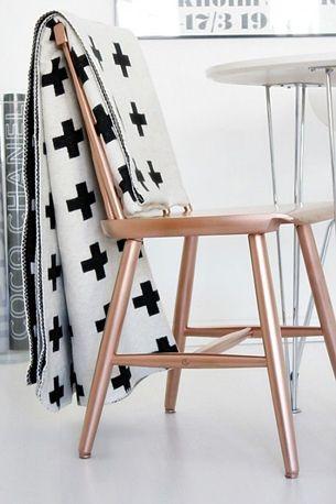 Wil je koper in je huis maar vind je het te duur. Dan kun je bijvoorbeeld een stoel in die kleur schilderen.: