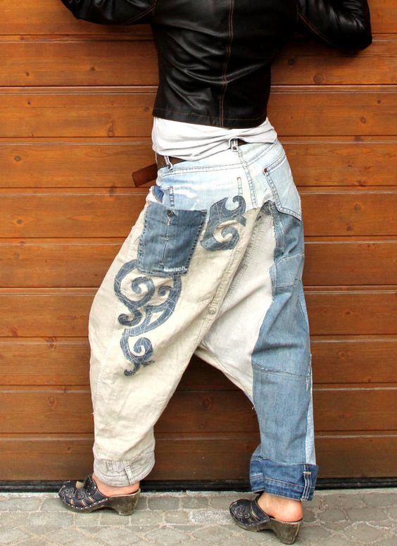 Jeans und Leinen recycelt Yogahosen. Hergestellt aus recycelten Kleidung. Kunst applizierten. Boro inspiriert. Einzigartiges Design. Eine von einer Art. Größe: M-L (Europäische 38-40) Uper Gurt - Taille oder Hüfte-Ebene - uper-34 Zoll (86 cm) Hüften max 41 Zoll (104 cm) Länge 41 Zoll (104 cm)