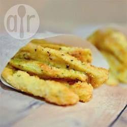 Courgette in strips gesneden en bedekt met een paneermeel mix van gemalen amandelen en Parmezaanse kaas en daarna gebakken tot ze knapperig en goudbruin zijn. Een heerlijke glutenvrije, low carb snack of bijgerecht.