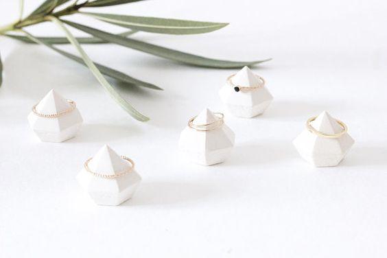 Porte-bagues Diamants PRISM  Spécialement conçu pour les designers de bijoux, cet ensemble de portes-bagues géométriques est laccessoire indispensable pour vos salons, boutiques, pop-up stores... Les lignes sont pures et minimalistes afin de mettre en valeur vos créations.