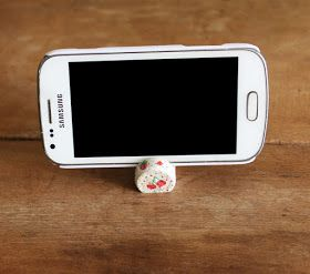 Akamatra: How to make a phone stand out of a cork - Photo tutorial
